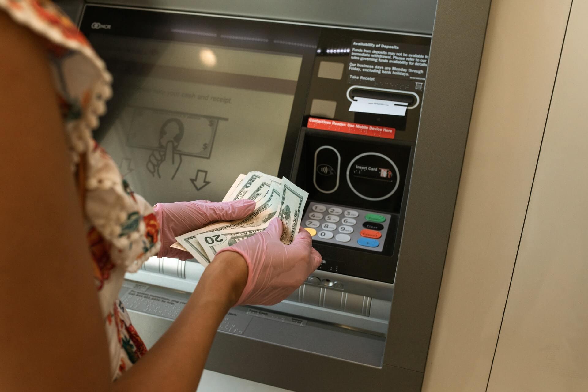 Care sunt cele mai comune comisioane aplicate de banci